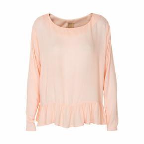 Bluse fra ICHI i str. S. Farven er som på billedet, blanding mellem rosa og fersken. Lavet i 100% viskose.  Kan hentes i Kbh eller sendes 😊