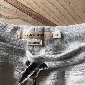 Varetype: Bukser Farve: Lys Beige  Super lækre bukser fra Elise Gug. Kun brugt få gange og super flotte!