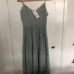 Smuk kjole fra H&M i str 36. Nypris 600 - aldrig brugt. Kom med et bud :)  Sendes med DAO