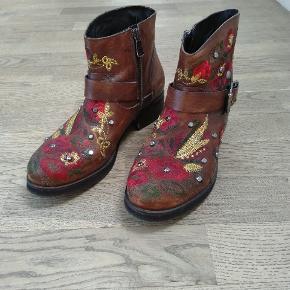 Fine læderstøvler med broderi og nitter!  De har været brugt 1-2 gange. Nypris: 1200  Kom med et bud :) Kan sendes eller hentes i Nærum