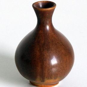 Keramik, Lille vase i brun glasur. Miniature vase i brun keramik. Højde 8 cm Bredde 6 cm Ingen stempel  Fremstår i smuk stand.