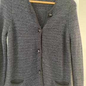 Strik cardigan med lommer. Farve mørkeblå/sort/sølv