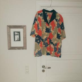 Rigtig fin vintage skjorte fra mærket Exelusive by Aretex. Får den desværre ikke brugt. Har også tilsvarende nederdel i samme stof.  Søg: Other Stories, Ganni, Mango, Zara, Asos