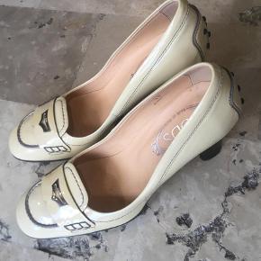 Brand: Tod'sVaretype: Pumps Farve: Beige Oprindelig købspris: 2999 kr. Prisen angivet er inklusiv forsendelse.  Superlækre ubrugte Tod'd sko! Str. 38