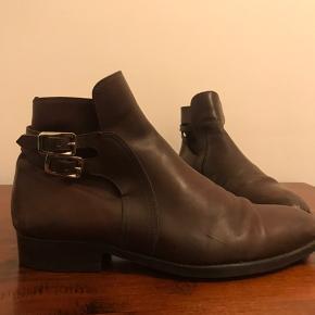 Tyske håndlavet læder støvler - ikke Church's men samme kategori. Afhentes på Østerbro.  Skolæster medfølger ikke.