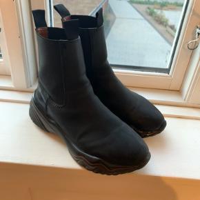 Ganni faux leather ankel boots Brugt max 4 gange Fitter 40-41.5 Er åben for realistiske bud