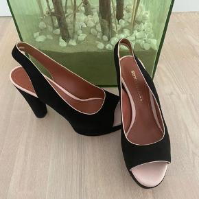 Vanvittigt smukke sko, som har været brugt 1 gang til et havebryllup. Det kan godt ses på den lyserøde kant at de har været brugt, men ellers fejler de ikke noget 😊Hælen måler 10 cm. Jeg sender meget gerne flere fotos på sms😊