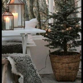Fletkurv med patina H:33cm😀 D:35cm 100krGlasvase H:15cm😀 25kr Tæpper, lanterner og træ er ikke til salg.  Sender ikke denne vare.