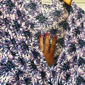 Sommerlig bluse i enkelt snit og smukt print i blå/lilla/hvid. Modellen hedder Shanon og er stor i størrelsen.
