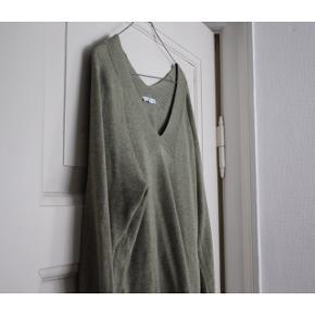 """Esprit trøje  - V-udskæring  - Farve: støvet grøn - Rib kanter  - Brugt omkring 5 gane   Pasform: - Er en str. XS men passer en str. S. Hvis man vil have den til at være """"slim fit"""", skal man være en str. M -Den er lidt længere i bunden end de fleste trøjer   Styling: - Til festlige begivenheder passer den perfekt til en blazer, da de har samme udskæring.  - Til hverdag er den god med rullekrave vest indenunder."""
