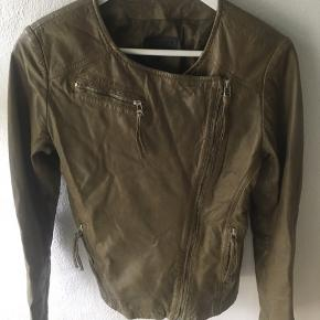 Mega flot støvgrøn skind jakke.