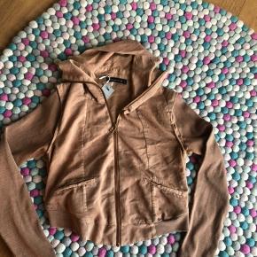 Så smart kort cardigan /jakke  Brugt få gange  Lækker farve som er et hit dette efterår/vinter