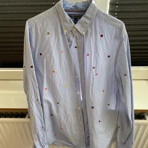 Tommy Hilfiger skjorte med striber og broderede flag.