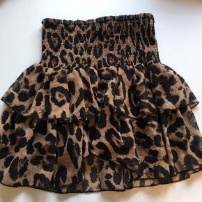 Fin nederdel i leopardmønster. Sælger også bluse med i str s. Så ligner det en kjole.