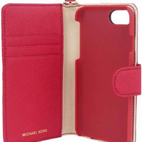 Nyt Michael Kors pung / Wallet / iPhone cover der passer til iPhone 7 og iPhone 8.  Nypris 600kr.  Kan sendes forsikret med dao a 33 kr via ts handel