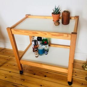 Rullebord / bakkebord i fyrretræ med hvide plader. Kan f.eks bruges som barvogn eller sofabord. 66x44x65cm.
