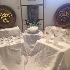 Carlsberg 0,2cl glas PR. STK. 20 kr. PR. STK.  Aldrig brugt.  Carlsberg mat ( spicele) 18 cm. høj 75 kr. PR. STK.   Carlsberg metal skilt 350 kr. Aldrig brugt   Runde Carlsberg skilte PR. STK 275 kr.    Store cola glas og Tuborg glas forskellige slags haves også.