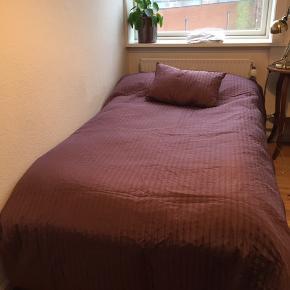 Pænt og meget velholdt sengetæppe med en pude. 183x280