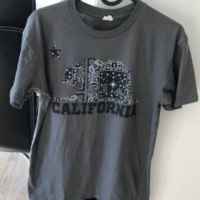 Flot grå t-shirt kun brugt et par enkelte gange. Den er desværre købt for lille.
