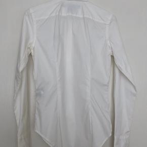 Skjorten fra Ralph Lauren er kun brugt en gang, fejler intet og er en US størrelse 2. Vil sige den passer en størrelser XS/S.