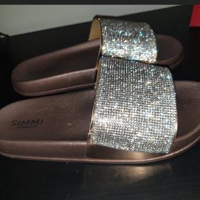 Fede sandaler / flipflops i str. 38. Guld. Kun brugt en gang og som nye. Der står 39 i skoen, men den svarer til en str. 38. 😊  Selv købt dem herinde!   Kan afhentes på Vesterbro i København eller sendes 😁😎
