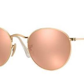 Varetype: Metal round sunglasses Størrelse: Standard Farve: Guld og pink Oprindelig købspris: 1300 kr. Prisen angivet er inklusiv forsendelse.  Solbrillerne er i rigtig flot stand, kun brugt en håndfuld gange. Ingen ridser eller skrammer.  Modellen er mat guld, med pink glas. Købt i feb 2018 i Australien for ca. 1300 kr. Kommer med etui.  Kan fremsende billeder af mine egne, eller mødes og handle. Mindsteprisen er 600 kr.