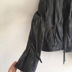 Special edition ægte læderjakke fra Modström med masser af fede detaljer. Nypris 2000 kr. Har et slidmærke, og mindre slid ved lynlås - se billeder i kommentarerne.