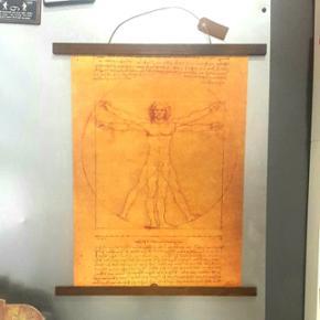 Leonardo Da Vinci manuskript inkl. magnet ramme i mørk massivtræ.  Plakat Str. 51 x 35.5 cm  Aldrig brugt - kun lige hængt op for at tage billeder.  Har selv givet 400 kr.  Køber betaler porto.