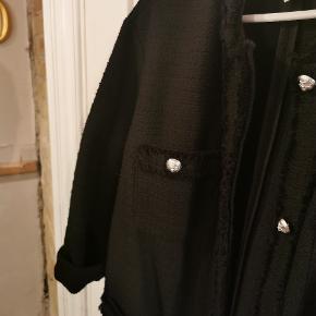 Desværre købt lidt for stor.... Str l, Så fin, elegant, med lommer..... Er stadig i butikkerne til 400 kr.... Din pris er kun 249 kr