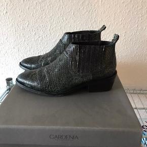 Super lækre sko kun gået med 2-3, sælges da jeg ikke får dem brugt nok🌸