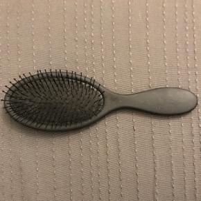 Wet brush fra HH Simonsen. Kan hentes i København eller Hellerup/Charlottenlund.