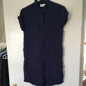 Sommer buksedragt i navy blå i str small fra twintip. Buksedragten er aldrig brugt, kun prøvet på. Den er rigtig sød, men passer ikke lige på mig.  Kan hentes i Nørresundby eller sendes på købers regning