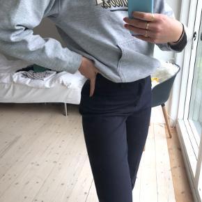 Lækre bukser fra Neo Noir, i en slags uldent materiale, så de er lidt tykkere end de klassiske neo noir bukser. Derudover har jeg fået dem lagt ned hos en skrædder, så de passer op til 180 i længden (Jeg er 1.78)