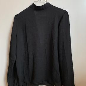Fin bluse fra Envii med dyb V-udskæring på ryggen.   Køber du mindst tre ting fra min side, betaler jeg for forsendelsen med GLS :-)