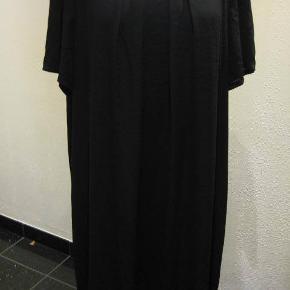 Ny TU kjole str 48 Bm 2x66 cm Længde 101 cm - går lige ned - med foer - se ryggen - polyester - yderstof ingen stræk - foer lille smule stræk - sort. 160kr plus porto  (m8733)