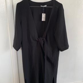 Smuk kjole fra pieces med bindebånd