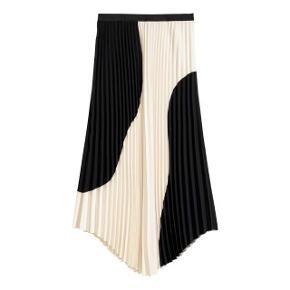 Super flot nederdel fra H&M med bølget snit i siderne. Brugt få gang og fremstår som ny :) Kom med et bud!