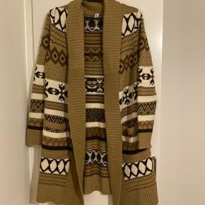 En lækker og varm strik cardigan. Perfekt til vinteren. Aldrig brugt. Str. S.  Kan afhentes i Vejle eller sendes på købers regning.