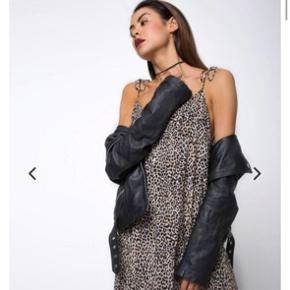 Super flot leopard kjole fra mærket motel. Jeg købte selv kjolen for omkring 400 kr.