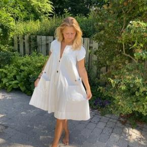 Fin kjole i en knækket hvid farve 💕
