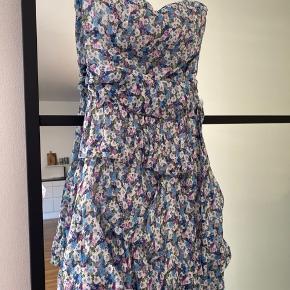 Kjolen er kun brugt i 1 time til billedet i ser på det første - det er en stropløs kjole med bindebånd i taljen som detalje