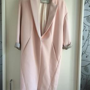 Varetype: Frakke Farve: Lyserød Oprindelig købspris: 3499 kr.  Sælger denne smukke BMB frakke da jeg ikke får den brugt.  Brugt meget få gange og er så fin .  Flot foer i frakken så man kan rulle ærmer op alt efter hvor lang man ønsker den.Den er lidt oversizeagtig.    PRIS  1499+ Porto med dao og via mobilepay   Bytter IKKE