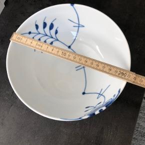 Skål fra Royal Copenhagen i blå mega mussel.  Rumindhold: 180cl Størrelse: 21cm  Den er aldrig blevet brugt og har ingen skår.