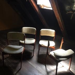Dansk OD-49 stole by Erik Buch fra Oddense Maskinsnedkeri. Set af 4. Du skal være med på et DIY projekt, da de skal ompolstres. Den ene stol mangler to skrueskjulere og er skilt ad. Skruerne til den adskilte stol haves ikke. Hvis jeg havde evnerne, vil jeg mægtig gerne beholde dem og få dem sat fint i stand, men det må jeg desværre sande, at jeg ikke har.