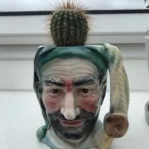 Fed urtepotteskjuler/kop med kaktus - sælges samlet for 100kr.  Mål: 8x13 cm