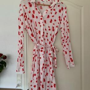 Moss Copenhagen lyserød blomstret skjortekjole med bindebånd. Brugt få gange så den er så god som ny 😊 ved desværre ikke hvad materialet er da skilten er klippet af. Den er i en str xs/small