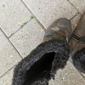 Søde støvler i en sort farve og guldstøv på. De er super fine til piger. De er i en str 30. #Secondchancesummer
