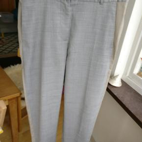 Et par dejlige bukser i bomuld fra Wood Wood. I rigtig fin condition. Ca. Mål: livet 39, indersøm 66,5, ydresøm 96