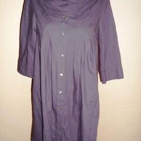Flot og smart skjortetunika/kjole m. 3/4 ærmer fra  Noa Noa  Str. S - oversize  Brystmål: 2 x 48 cm  Taljemål: 2 x 56 cm (A-form) Hoftemål: 2 x minimum 70 cm  Længde: ca. 89 cm Ærmelængde under og ud: ca. 27 cm   Materiale:  Bomuld  Bytter ikke!  ** Se også alle mine andre annoncer med tøj og sko - Tøj: str. 34-50 Sko/støvler: 36-41 desuden tasker, smykker, tørklæder, bælter o.m.a.**  *** Klik på mit brugernavn for at se samtlige annoncer ***