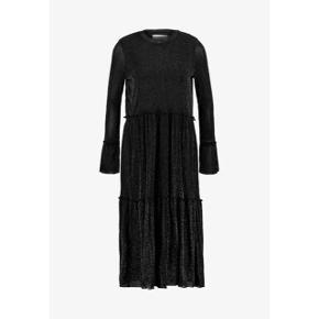 Moves by minimum kjole med glimmer i sort   størrelse: XS   pris: 300 kr   fragt: 37 kr  Ny pris: 550 kr   Gået med 1 gang i en halv time